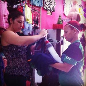 Glenda beim Kauf von Hosen und T-Shirts
