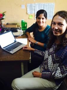 Lorena, die Sekretärin hilft mir dabei eine Vertrag für die Übergabe der Blutzuckergeräte zur erstellen