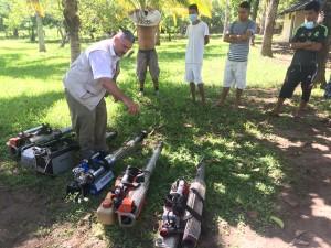 Den Freiwilligen wird die Benutzung der Maschinen erklärt.